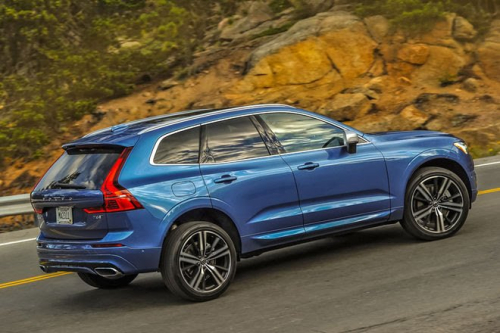 2018-Volvo-XC60-T8-R-Design-rear-three-quarter-in-motion-01